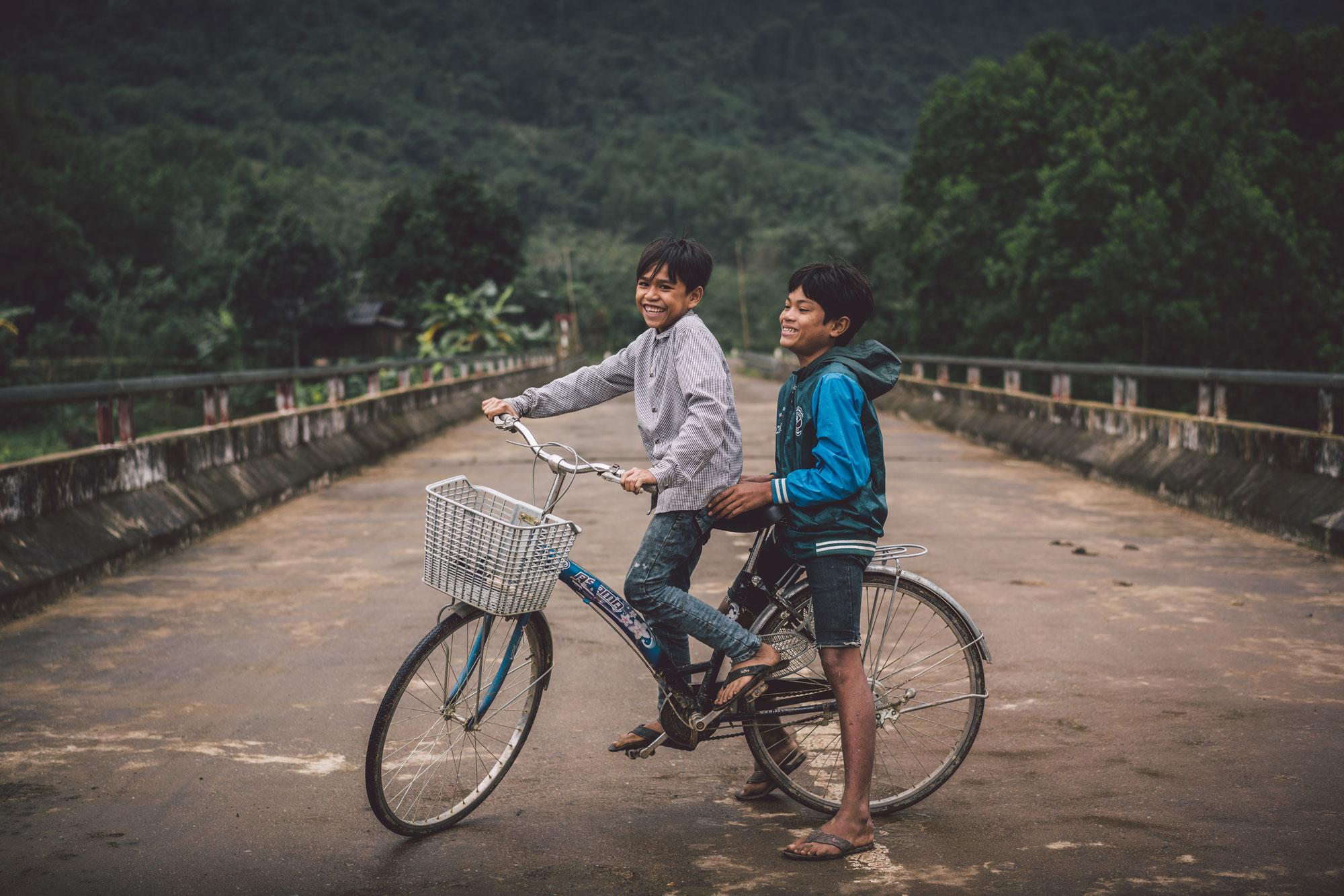 ©RomanKoenigshofer_Vietnam_Local Boys_Kids_Bicycle_Ho_Chi_Minh_Trail_DSC06612